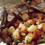 Pečené brambory s cibulkou a klobásou