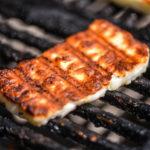 grilovaný sýr na ohněm